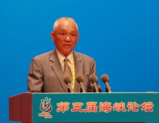台湾基隆大岞村村长张细山在大会上发言.