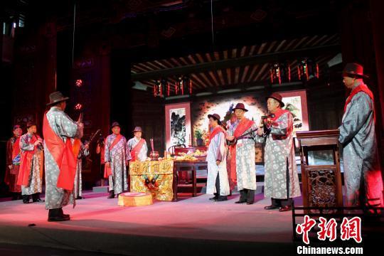 """图为弦友们第十届南音大会唱上举行了古老的""""祀郎君""""传统仪式。 吴世荣 摄"""