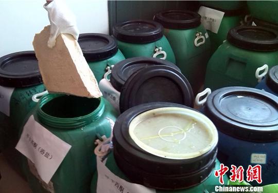 """被警方缴获、包装成桶装涂料的新型毒品""""浴盐"""" 邓霞 摄"""