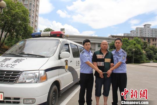 16日上午,专案民警将犯罪嫌疑人押解回长沙。 蒋新慈 摄