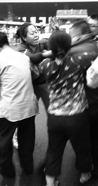 昨日,城管在动批一市场门口执法时,两女商贩对一协管保安进行殴打。