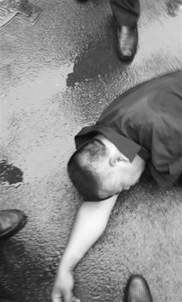 该保安头部被击后,倒地。视频截图