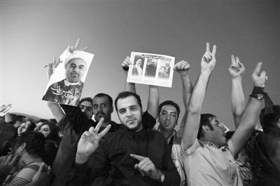 15日,伊朗内政部长纳贾尔在首都德黑兰宣布,温和保守派总统候选人哈桑・鲁哈尼当选伊朗第11届总统。随后,鲁哈尼的支持者上街庆祝。