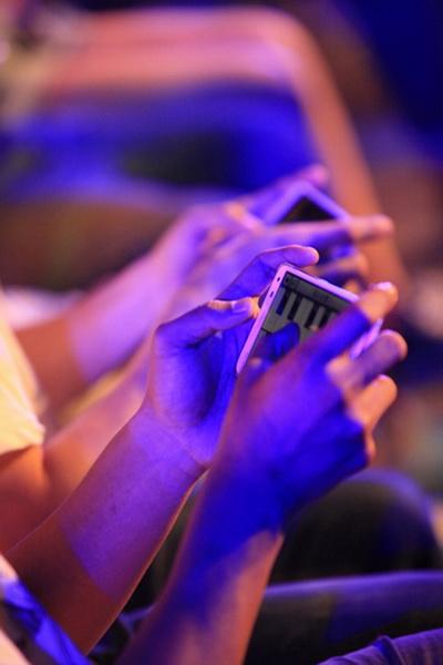 手机音乐达人现场使用手机充当钢琴