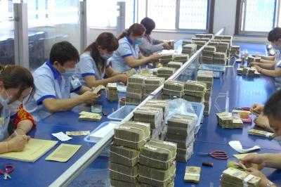 扬州/在钞票处理中心,工作人员正在不停地清数钞票 金鑫摄