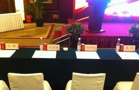 《中国好声音》发布会现场摆出四大导师座位牌(微博截图)