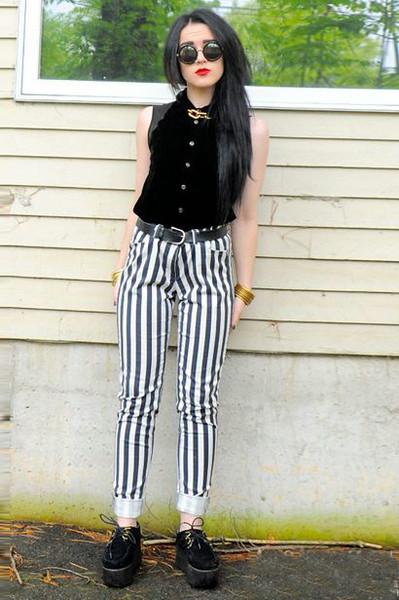 竖条纹裤子搭配图片_时髦显瘦竖条纹裤 出街你得来一条-搜狐女人