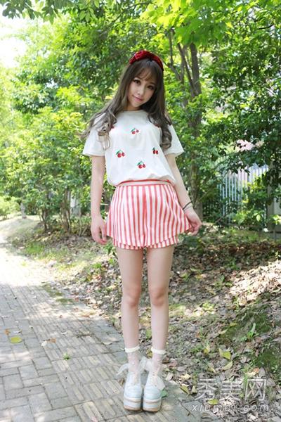 白色透明松糕凉鞋的搭配将美眉纤细的美腿衬托的格外
