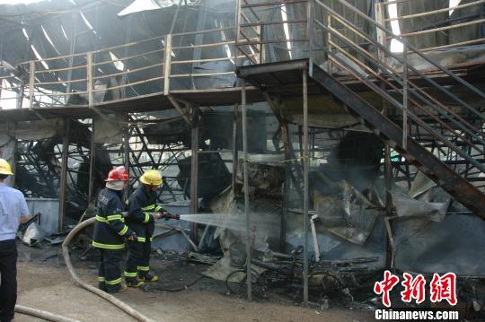 17日上午8时,珠海斗门区湖心路口附近,一栋两层铁皮房被烈火烧得只剩铁架和屋顶铁皮 白志刚 摄