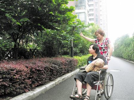 几乎每天,周长庚都会推着轮椅,带着简浩在小区花园里散步,看到新奇的东西,周长庚会指点着告诉简浩。 王非 摄