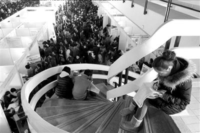 2月23日,北京春节后首场大型招聘会在老国展举行。()京华时报记者张斌摄