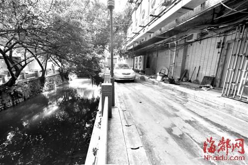 路面上的污水与安泰河优美的环境不协调