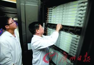 """工作人员在检查""""天河二号""""的供电情况。 记者曹景荣 摄"""