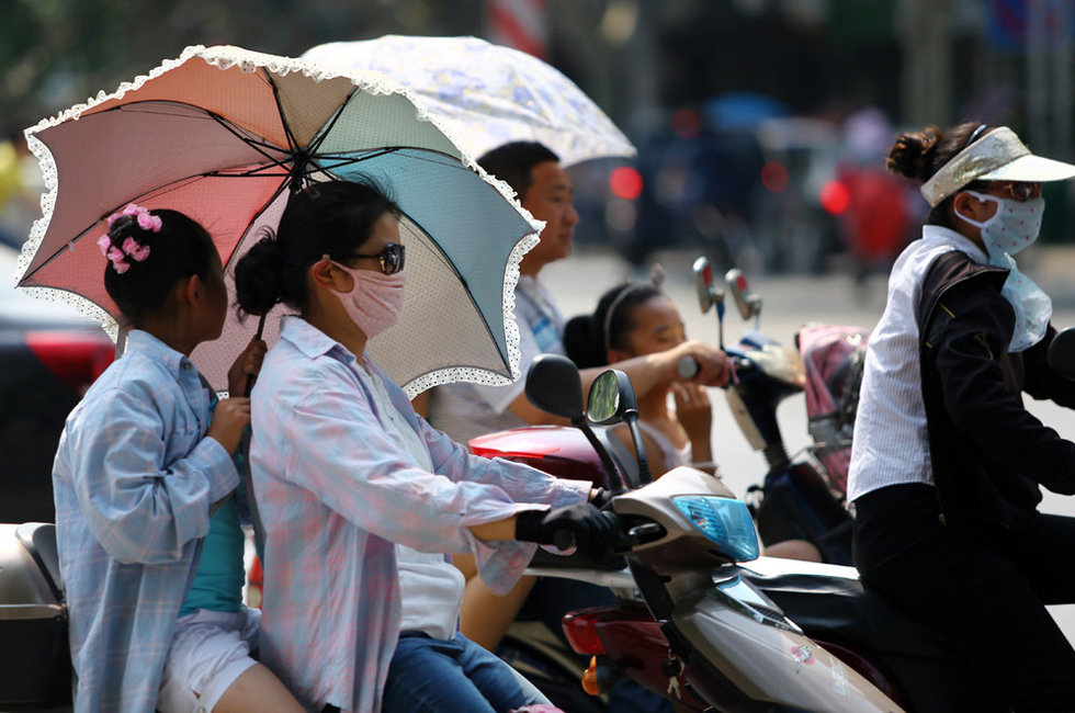 最大 邯郸/2013年6月17日,江西九江,两名女孩用手遮阳出行。当天,九江...