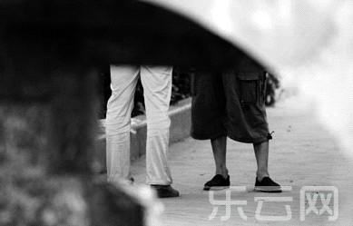 """双方正在""""谈生意""""。记者 赵永峰 摄"""