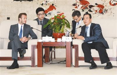 蔡振华会见贝克汉姆时表示,小贝担任大使有利于提升中国足球形象。 新华社记者 郭勇