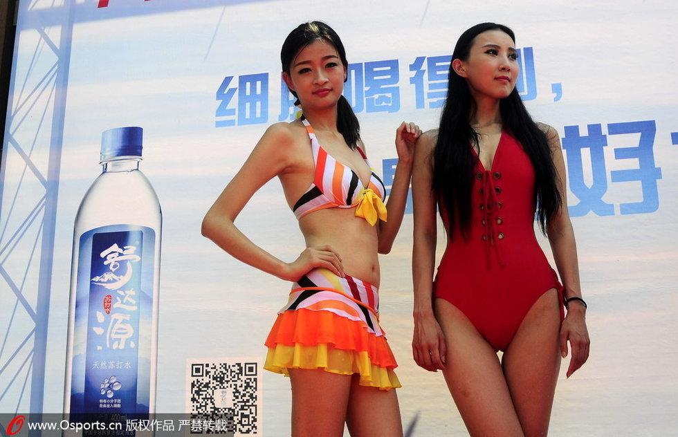 台球赛宣传外国选手淋湿比基尼美女