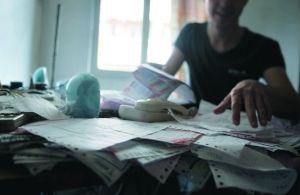 俄罗斯留学生伊万的桌面上摆放着不少快递订单。信息时报记者徐敏摄