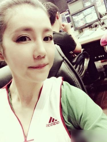 央视最美体育女主播自拍似杨颖 穿哪队球衣哪