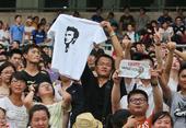 图文:贝克汉姆中国行南京站 球迷们等待偶像