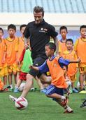 图文:小贝与南京小学生踢球 一丝不苟