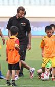图文:小贝与南京小学生踢球 展示球技
