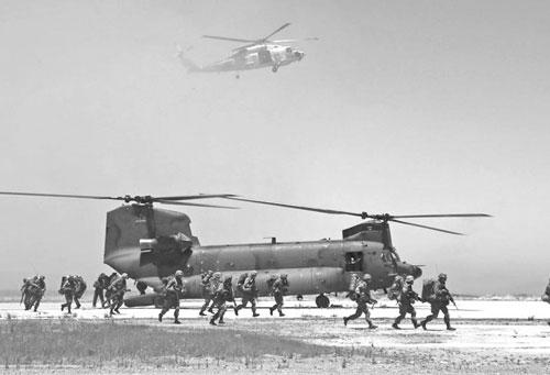 图为从直升机着陆开展行动的日本陆上自卫队队员