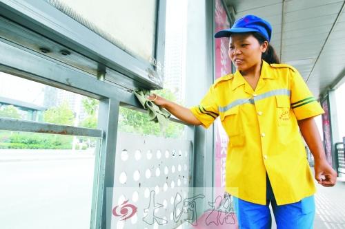 魏苗在BRT公交站台打扫卫生