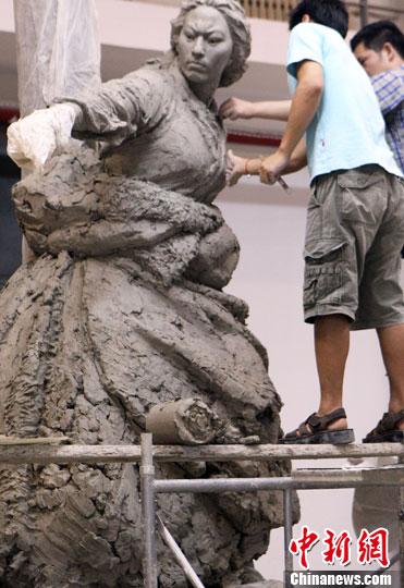 ...中央美术学院雕塑系师生加紧再塑人民英雄纪念碑浮雕作品 中...