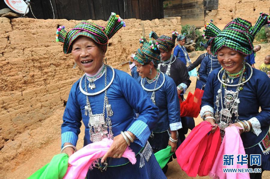 古壮/几位身着壮族服饰的村民外出参加演出活动(6月17日摄)。