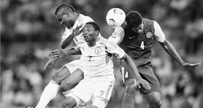 当地时间6月17日,尼日利亚队同塔希提队的球员在比赛中争顶。    人民视觉