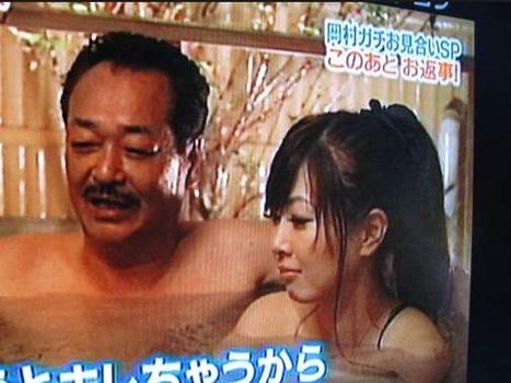 日本父亲节让女儿陪父亲洗澡