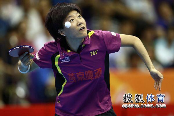 图文:[乒超]北京女团开门红 郭焱正在发球