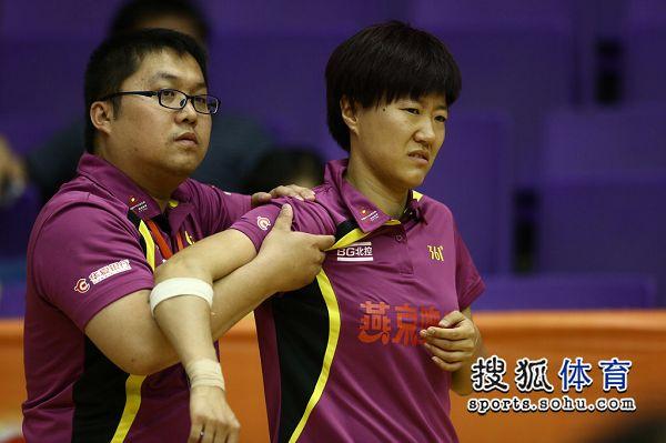 图文:[乒超]北京女团开门红 郭焱正在按摩