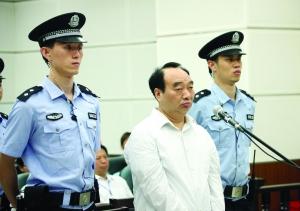 6月19日,雷政富在庭审现场接受讯问 新华社发