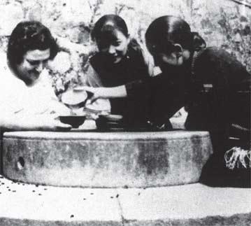 宋美龄/宋美龄、宋庆龄与鲍罗廷夫人在广州寓所品茶