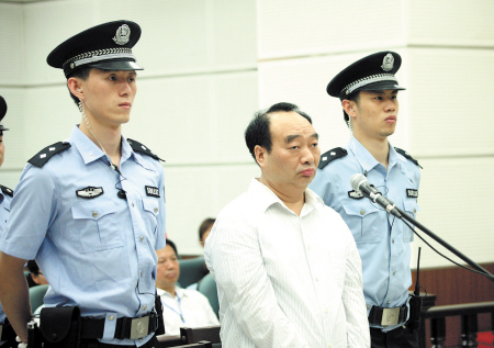 6月19日,雷政富在庭审现场接受讯问。新华社发