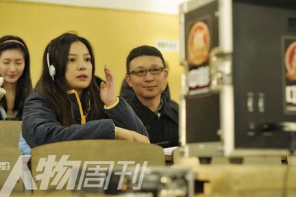 李樯(右)与导演赵薇在《致我们终将逝去的青春》拍摄现场。