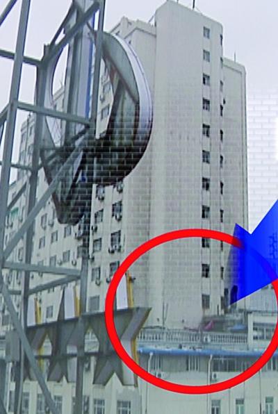 违建位于民族大厦8层高的裙楼顶上(左图红圈处,右图为放大效果)。