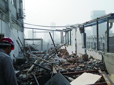 拆 6月14日下午,城管部门对这处违建进行了拆除。