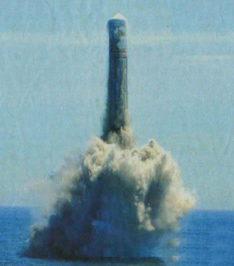 资料图:巨浪2潜射洲际弹道导弹模拟弹出水试验现场。