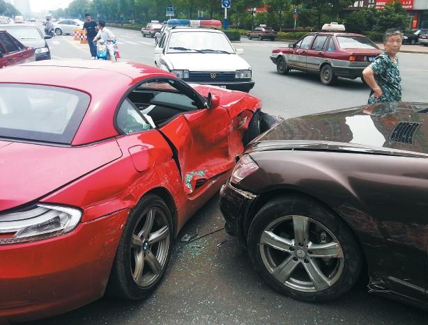 两部价值百万左右的豪车在碰撞中损伤严重。谢德胜 记者金学永/摄