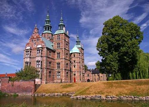 坐落在哥本哈根的市中心,有小河环绕的罗森堡王宫城堡南面,是丹麦最图片