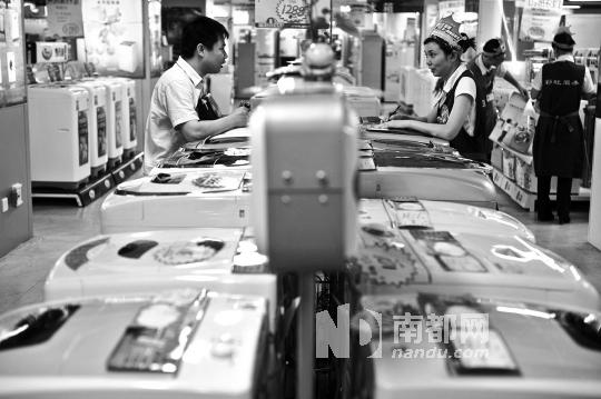 顾客和卖场工作人员讨论家电价