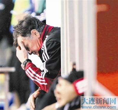 本报讯 卡马乔下课也许只是时间问题,中国足协对国足的调整将是全面的,从教练到管理人员,都将为这次惨败付出代价。