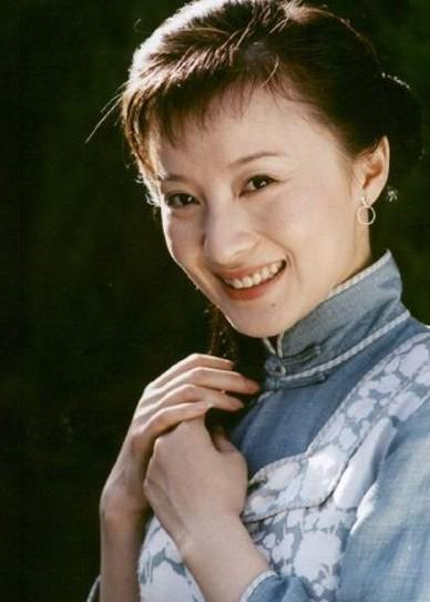 徐露曾出演《金粉世家》小怜、《情深深雨蒙蒙》可云等。