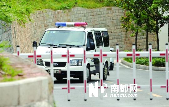 6月20日,押送犯罪嫌疑人的车辆进入法院。
