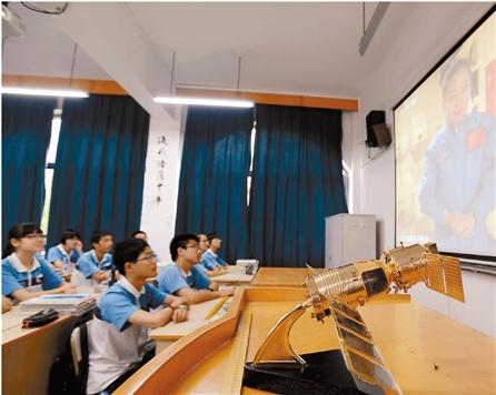 春晖中学高二1班学生在看太空授课直播。 记者 董旭明 摄
