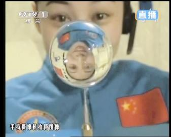 航天员王亚平授课截图。 新华社发