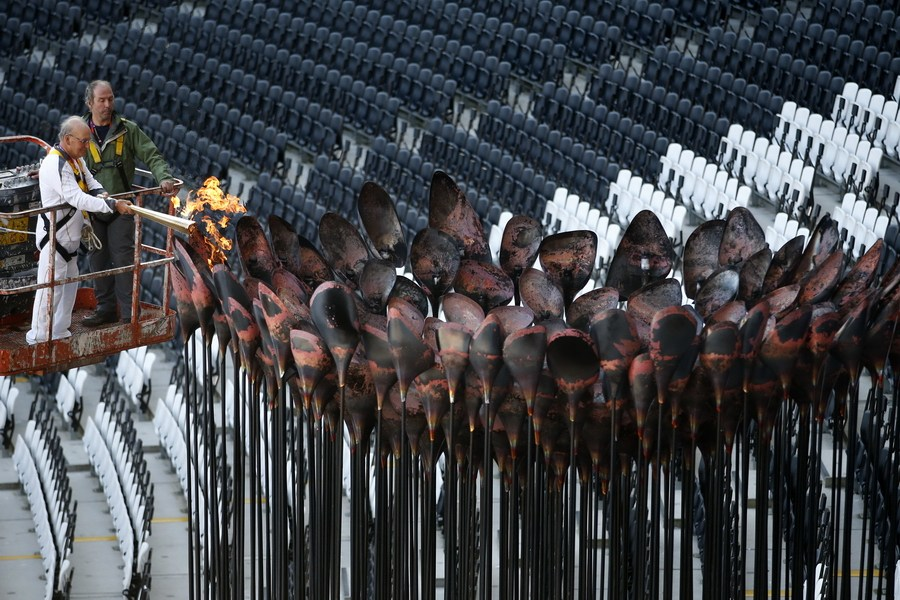 30日,英国伦敦,伦敦奥运会的主火炬在刚刚过去的